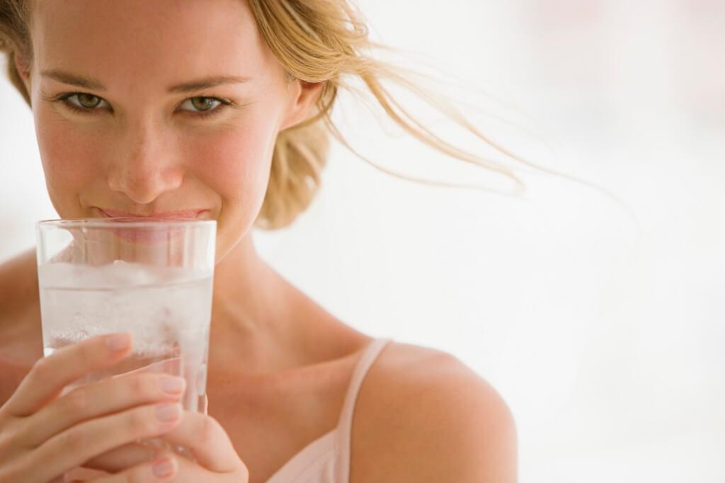 donna, acqua, bicchiere, ghiaccio, idratazione, difa cooper, pelle, dermatologia, sorriso, cosmesi, antiage