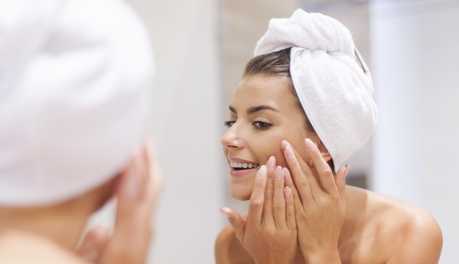 donna, specchio, pulizia, viso, freddo, bagno, dermatologia, detersione, idratazione, fotoprotezione, inverno, meteo, skincare