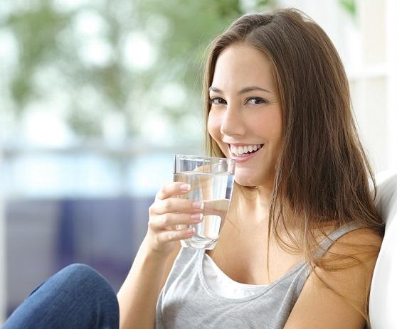 donna, acqua, idratazione, intestino, pelle, sorriso, dermatologia, fonte essenziale, difa cooper, bellezza, ragazza
