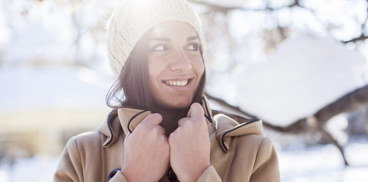 donna, neve, inverno, freddo, pelle, dermatologia, skincare, meteo, idratazione, detersione, fotoprotezione