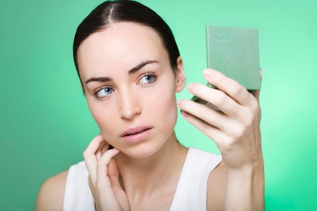 donna, specchio, pelle, cute, colto, viso, specchiarsi, problema, mucosa, intestino, dermatologia, acqua, occhi, mano, verde, sfondo, bellezza