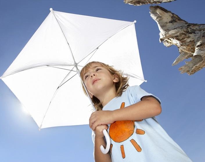 bambino, bimbo, sole, ombrello, fotoprotezione, maglietta, spiaggia, cielo, azzurro, pelle, dermatologia, crema solare, spf