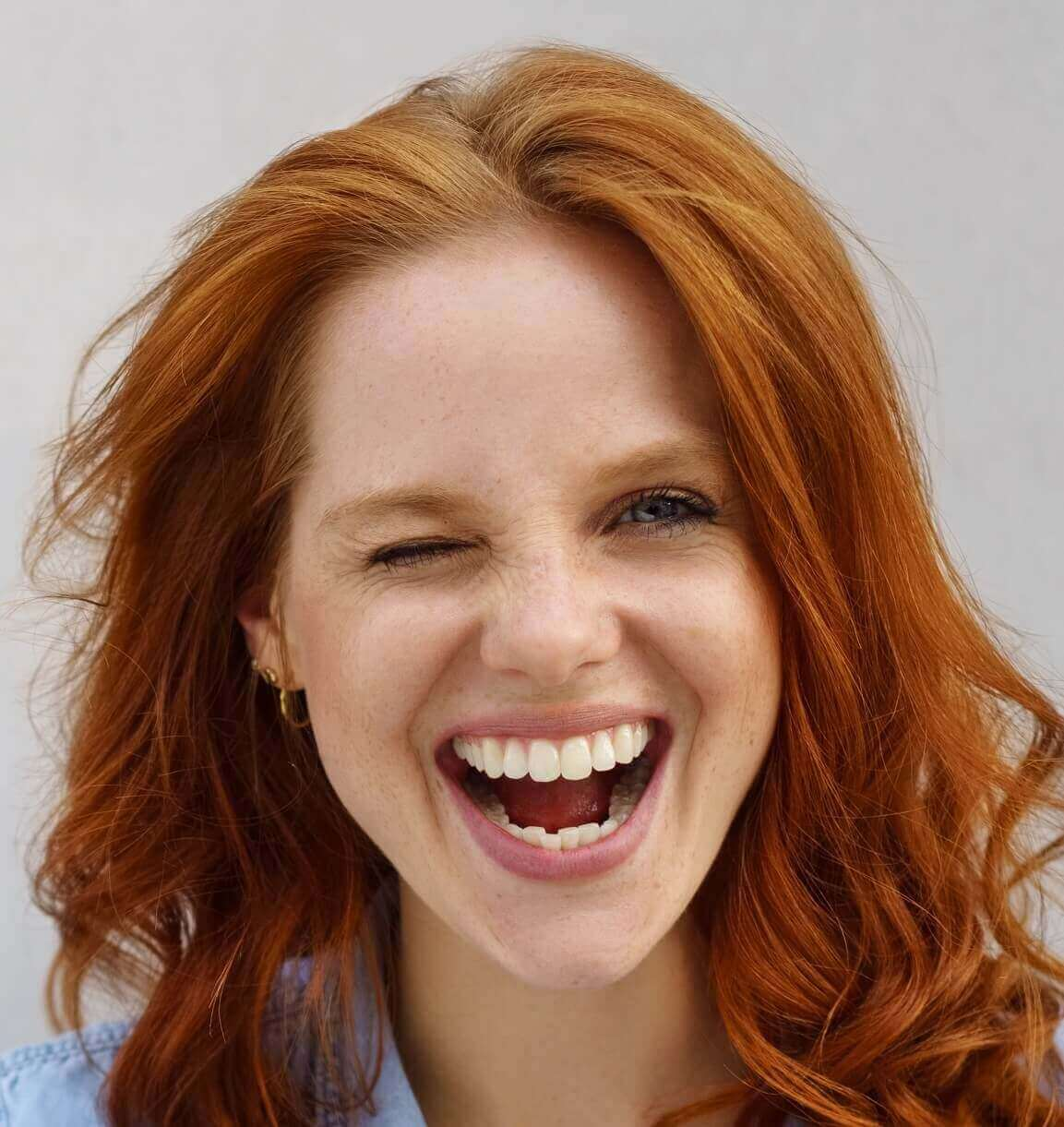 donna, ragazza, rossa, capelli, occhiolino, sorriso, occhi, pelle, lentiggini, 30 anni, dermatologia, rughe, espressione, viso, volto