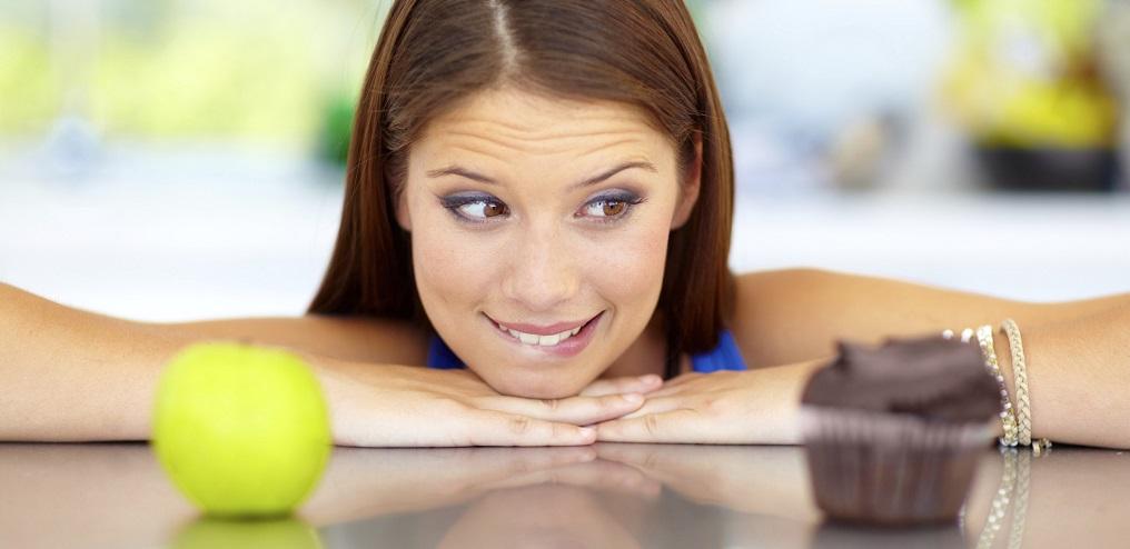 donna, ragazza, alimentazione, cibo, pelle, scelta, dieta, frutta, dolce, incertezza, rughe, mangiare, dermatologia, intestino