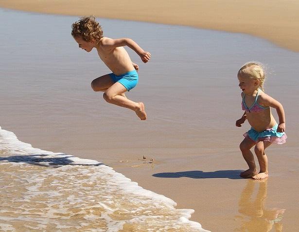 bambini, spiaggia, mare, onde, heliocare, acqua, sole, fotoprotezione, bimbi, difa cooper, cantabria labs difa cooper,crema solare, decalogo, saltare, salto, giocare, divertimento, bambina, bambino, fratelli