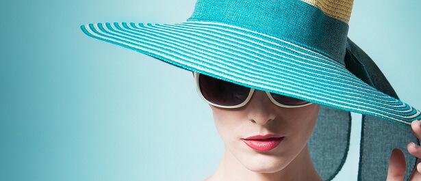 donna, viso, cappello, occhiali, sole, fotoprotezione, heliocare, esigenze, cute, volto, pelle, dermatologia, protezione solare, difa cooper, cantabria labs difa cooper