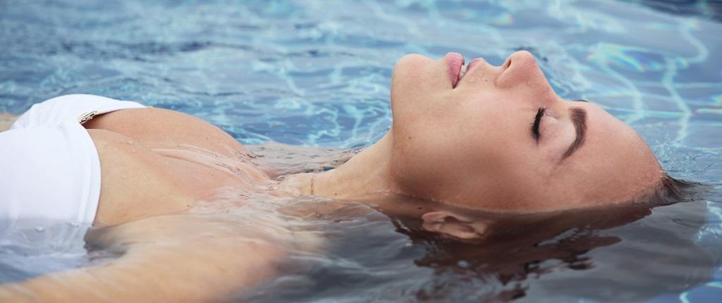 donna, vasca, acqua, idratazione, costume, acido ialuronico, jaluronius, difa cooper, cantabria labs