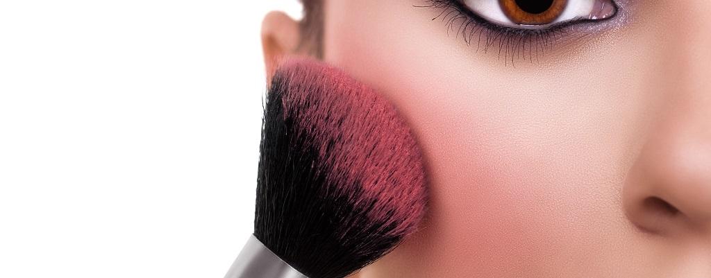 donna, pennello, makeup, trucco, occhio, make-up, pelle, divano, luce blu, viso, volto, cantabria labs, difa cooper, skincare, bellezza