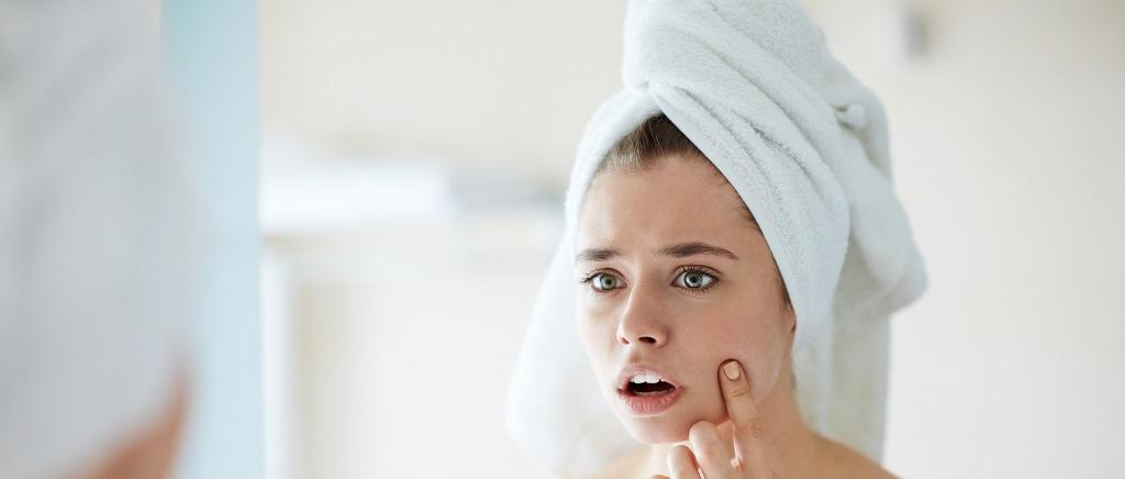 donna, ragazza, pelle, specchio, viso, volto, pelle, asciugamano, acne, pelle impura, detersione, skincare, beauty routine, cantabria labs, difa cooper